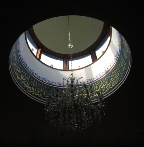 Ornamen di bawah kubah kecil di tengah masjid.